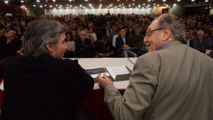 Máximo Kirchner y Carlos Heller, autores del impuesto a las grandes fortunas, en un acto político en el hotel Bauen