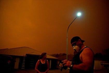 Los habitantes de las zonas afectadas utilizan aplicaciones en su teléfono para ver las novedades sobre los incendios (REUTERS/Tracey Nearmy)