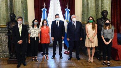 Pablo Yendlin, Vilma Ibarra, Sabina Fréderic, Sergio Massa, Ginés González García, Elizabeth Gómez Alcorta y Fernanda Raverta en el Salón de Honor de Diputados (Presidencia)