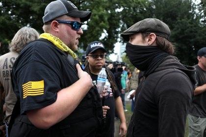 """Enfrentamiento verbal entre un """"Proud Boy"""" y un manifestante de izquierda (Reuters)"""