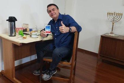 Jair Bolsonaro posted this photo on Saturday to report that he got over the coronavirus (Twitter / Jair Bolsonaro)