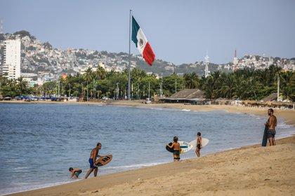 Turistas se pasean por las playas del balneario de Acapulco, en el estado de Guerrero (México). EFE/David Guzmán