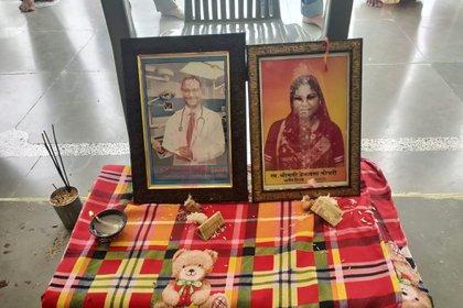 Esta foto del 17 de septiembre de 2020 proporcionada por Kapil Chaudhary muestra imágenes de Joginder Chaudhary y su madre Premlata Chaudhary sentados en una mesa durante una ceremonia de duelo hindú celebrada en la casa familiar en Jhantala, Madhya Pradesh, India. (Cortesía de Kapil Chaudhary vía AP)