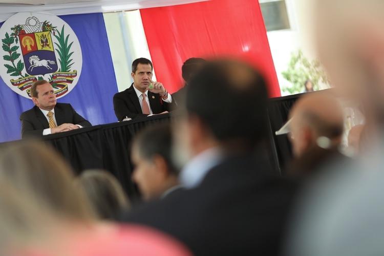 Guaido, ladeado por el primer vicepresidente de la Asamblea, Juan Pablo Guanipa (REUTERS/Manaure Quintero)