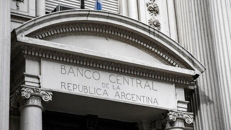 El REM de BCRA prevé un alza de precios diciembre contra diciembre del 38%, un dólar a $87 y una caída de la actividad del 1,1 por ciento (Photo by RONALDO SCHEMIDT / AFP)
