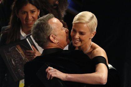 Charlize Theron besa a Tom Hanks en los premios Oscar 2020 (Reuters)