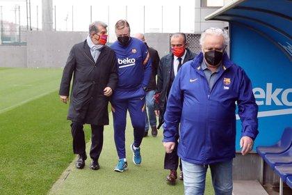 Joan Laporta camina junto a Ronald Koeman en la Ciutat Esportiva Joan Gamper después de ser elegido nuevo presidente del club (Foto: Europa Press)