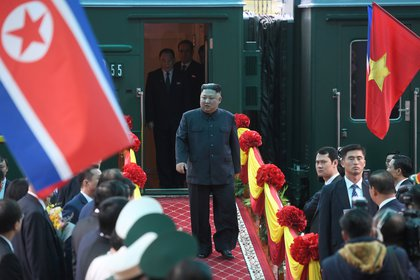 Kim Jong-un arriba a Vietnam, donde la semana pasada se entrevistó con Donald Trump. Mientras estrechaba la mano del presidente norteamericano, su ejército de hackers continuaba sus ataques (Reuters)