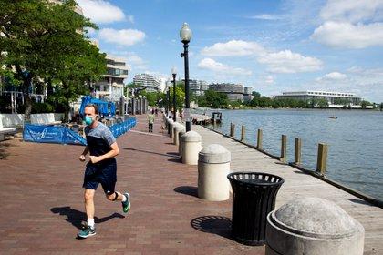 """Para los expertos de Texas, correr supone un riesgo """"bajo-moderado"""". En esta imagen, un hombre realiza actividad física en Georgetown, Washington (EFE)"""