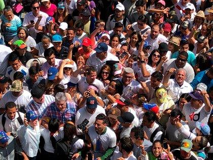 Guaidó estuvo acompañado por cientos de seguidores (Leo Álvarez)