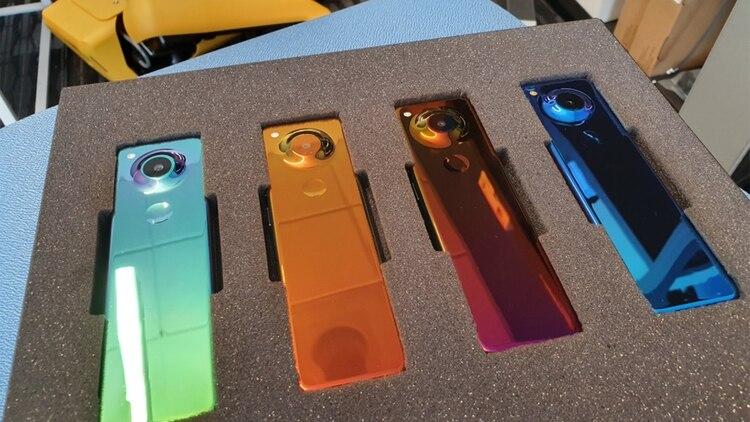 La tecnología GEM Colorshift material del teléfono de Essential hace que el dispositivo cambie de color en función al ángulo desde el que se lo observa.