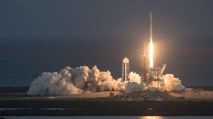 Diez minutos después del despegue, el cohete tuvo un descenso controlado hacia una plataforma oceánica