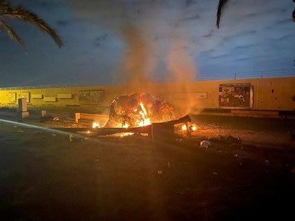 Los restos del convoy iraní en llamas en un camino cerca del Aeropuerto Internacional de Bagdad (Iraqi Security Media Cell via REUTERS)