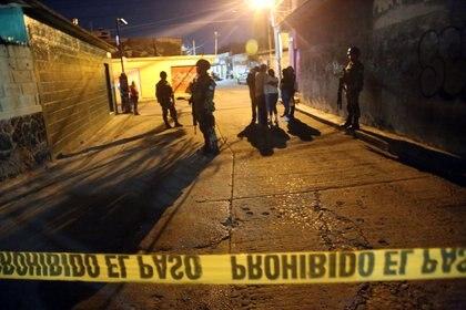 JIUTEPEC, MORELOS, 14AGOSTO2019. Dos jóvenes fueron asesinados la noche del martes cuando se encontraban sentados en la entrada de una accesoria en la calle cinco de mayo de la colonia Tejalpa. Presuntamente dos personas que viajaban en una motocicleta fueron los responsables de este doble asesinato. Policía de Morelos y Guardia Civil acordono el sitio. Un perro se mantuvo a lado de los cadáveres hasta que fue retirado por los peritos de la Fiscalía. FOTO: MARGARITO PÉREZ RETANA /CUARTOSCURO.COM