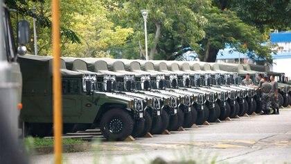 Vehículos militares en Hong Kong tras la rotación (Reuters)