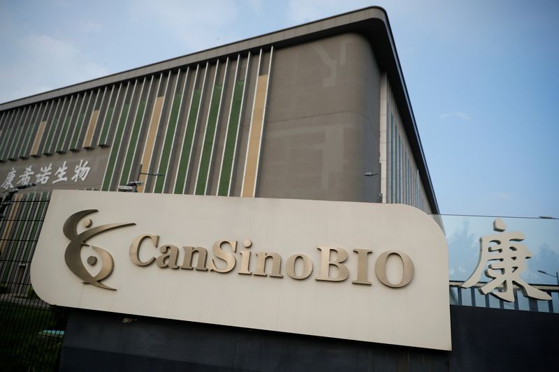 Ante la falta del segundo componente de la Sputnik V, el gobierno estudia combinar esa vacuna con la CanSino  ( REUTERS/Thomas Peter )