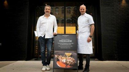 """Javier Ickowicz y Tomas Kalika en la puerta de Intersect con su gráfica de Mishiguene, siendo los """"chef itinerantes"""" elegidos por Intersect by Lexus"""