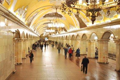 Para su construcción no se reparó en gastos, con un diámetro de 11,5 metros del túnel central, cuenta con la particularidad de tener el techo más alto de cualquier estación de la capital