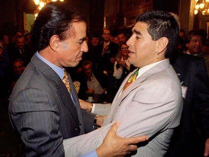 Una postal de Carlos Menem junto a Diego Maradona (Reuters)