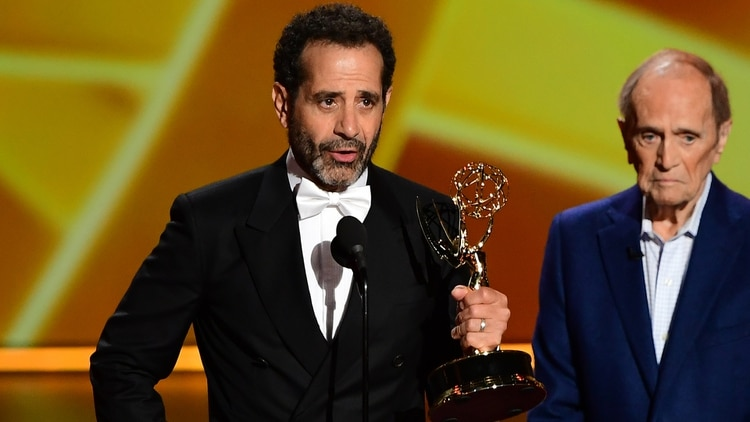"Tony Shalhoub acepta el premio a mejor actor secundario de comedia por su labor en ""The Marvelous Mrs. Maisel"" (Frederic J. Beown/ AFP)"