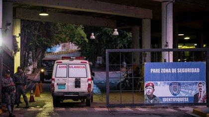 Una ambulancia ingresa al penal (EFE)
