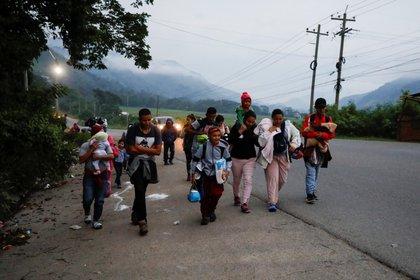 Hondureños participan en la caravana migrante, que se dirige a los Estados Unidos, en Cofradía, Honduras, el 10 de diciembre de 2020. REUTERS/Jose Cabezas