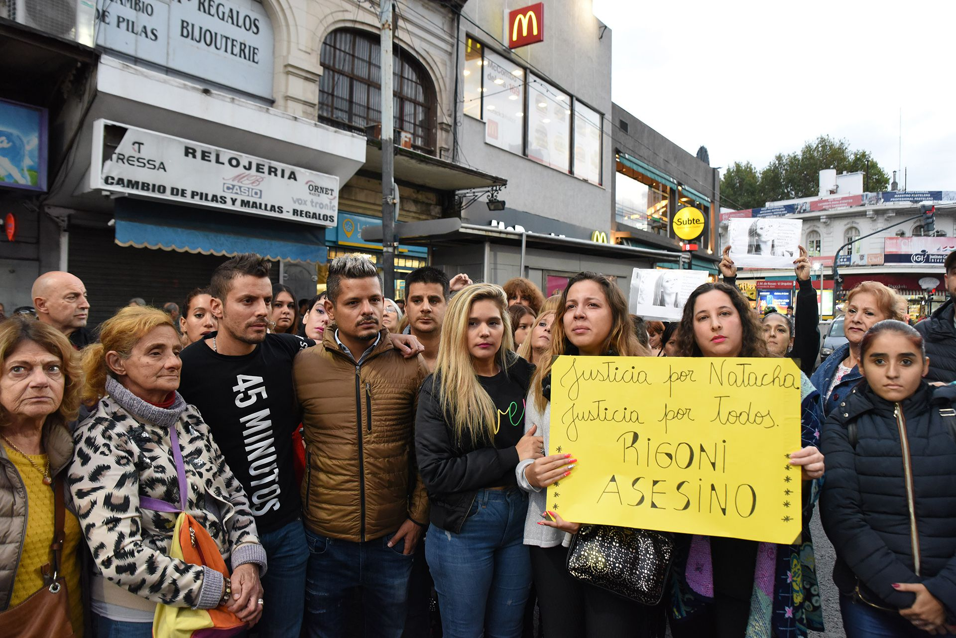 El abogado Alejandro Cipolla abraza a Ulises Jaitt durante una marcha en reclamo de justicia por la muerte de Natacha (Foto: Franco Fafasuli)