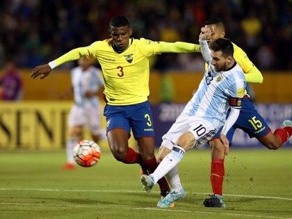 Foto de archivo de Lionel Messi marcando para Argentina ante Ecuador en Quito en el cierre de la eliminatoria sudamericana al Mundial 2018.  Oct 10, 2017.  REUTERS/Henry Romero
