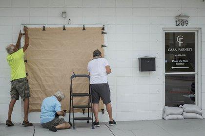 Vecinos de Palm Beach instalan protecciones antes de la llegada de Isaías (AP)