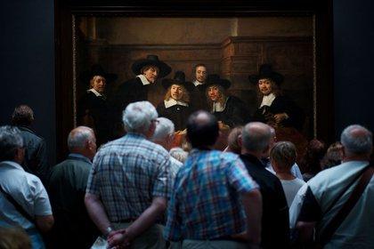 """Gente – Segundo lugar. Un grupo observa el famoso cuadro de Rembrandt """"Los síndicos de los pañeros"""", en Ámsterdam. """"Me reí cuando me di cuenta que la gente en el cuadro también parece mirar con curiosidad a los visitantes"""", dijo el autor. Por Julius Y."""