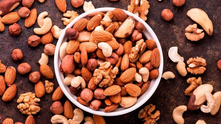 Los frutos secos se pueden comer solos o incorporarlos en las ensaladas (Shutterstock)