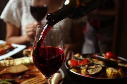 Haber comido o beber alcohol durante la comida hace que los alimentos en el estómago retarden el pasaje del alcohol al torrente sanguíneo (Shutterstock)
