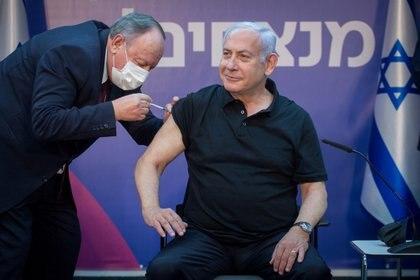 El primer ministro de Israel, Benjamin Netanyahu recibe la segunda dosis de la vacuna Pfizer contra el COVID-19 en el Sheba Medical Center en Ramat Gan, Israel (Reuters)