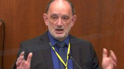 Un experto convocado por la defensa del ex policía atribuyó la muerte de George Floyd a problemas de salud