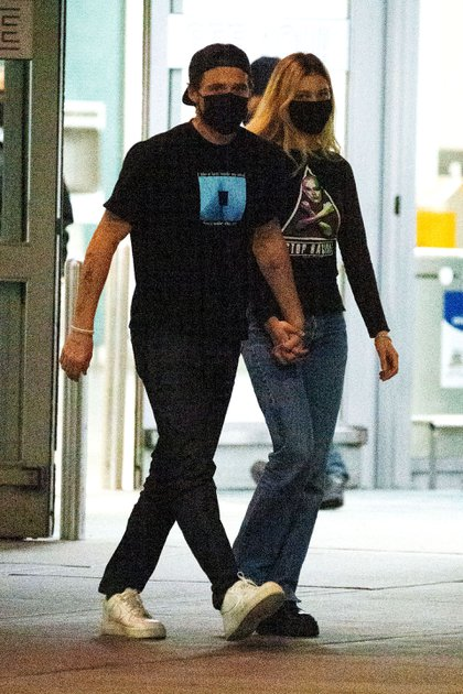 Brooklyn Beckham y Nicola Peltz estuvieron por la ciudad de Nueva York, luego de que se confirmara su compromiso. El hijo de David y Victoria Beckham, de 21 años, y la actriz, de 25, se mostraron muy enamorados mientras salían de la terminal del aeropuerto (Foto:  The Image Direct / The Grosby Group)