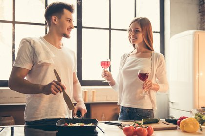 Los primeros vinos en salir al mercado suelen ser los blancos y rosados, jóvenes y chispeantes (Shutterstock)
