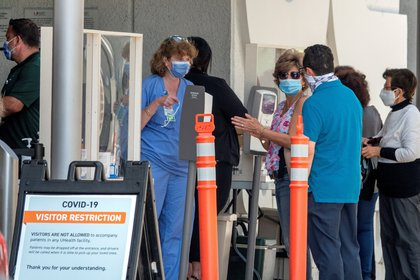 Personas con tapabocas esperan entrar al hospital Jackson Memorial en Miami, Florida, EE.UU., el 22 de junio de 2020. EFE/EPA/CRISTOBAL HERRERA