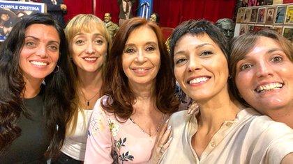 Luana Volnovich, Anabel Fernández Sagasti, Mayra Mendoza y Luz Alonso con Cristina Fernández en su cumpleaños (@mayrasolmendoza)