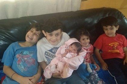 """Los cuatro hijos de Romina con Guadalupe, la beba. """"Ellos siempre supieron que era su prima, no su hermana"""""""