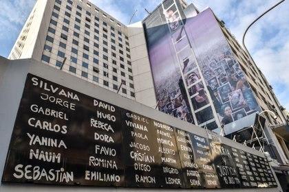 El mural con los nombres de las 85 víctimas del atentado (Guillermo Llamos)
