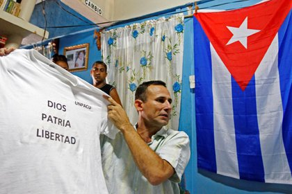 Imagen de archivo del opositor cubano José Daniel Ferrer sosteniendo una camiseta en Palmarito de Cauto, Cuba, Marzo 25, 2012. REUTERS/Mariana Bazo/