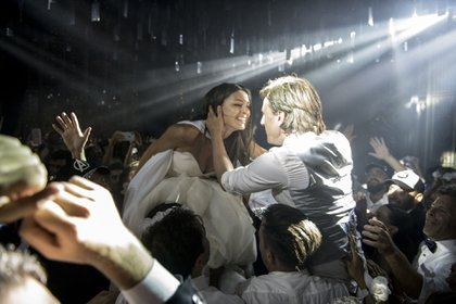 Enamorados en medio del baile