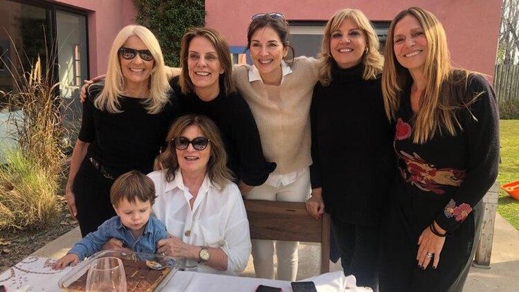 Neiman junto a sus amigas Evelyn Scheild, Nequi Galotti, Andrea Frigerio, Teté Coustarot y Ginette Reynal