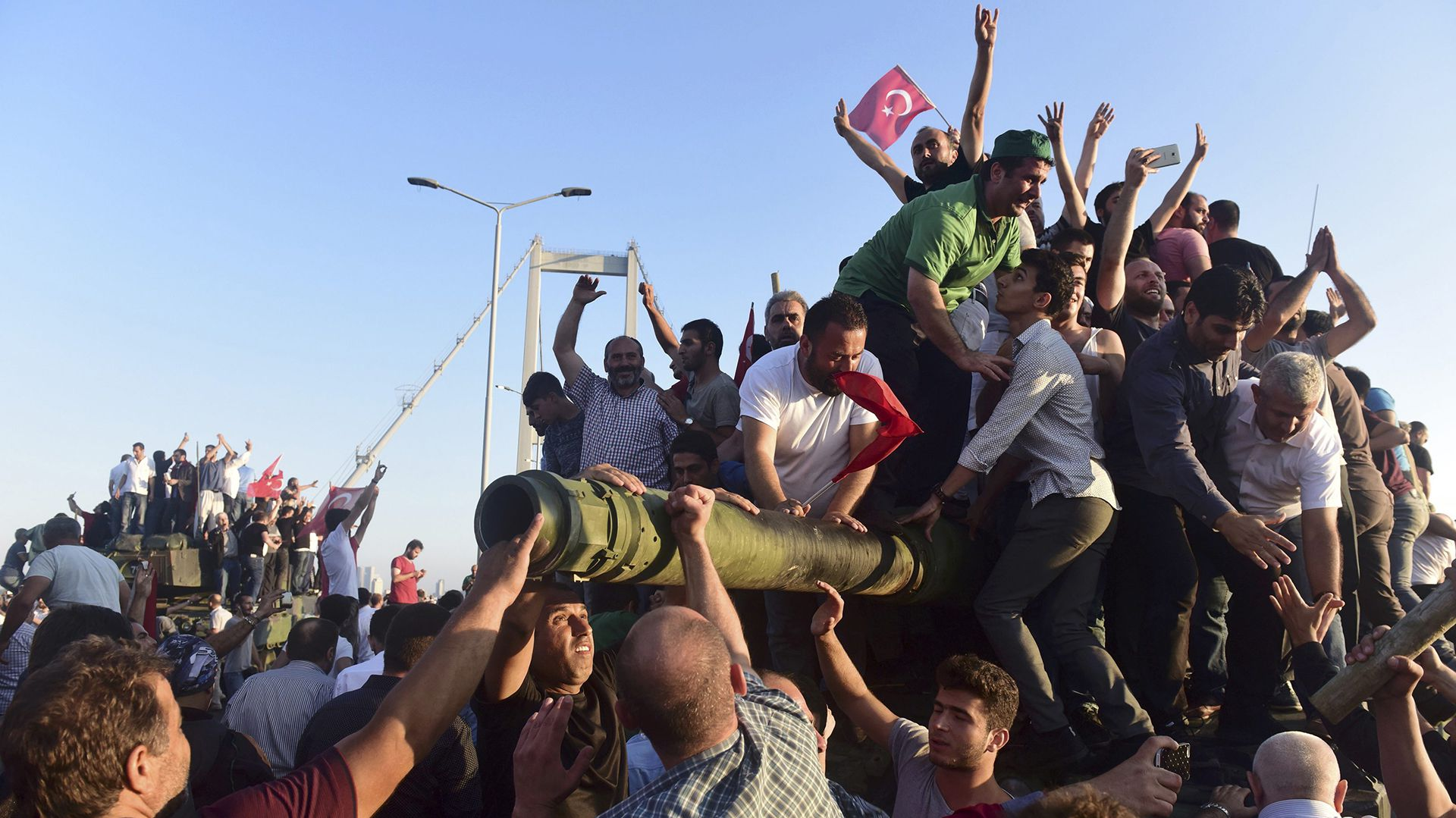 Simpatizantes de Erdogan sobre un tanque durante el fallido intento de golpe en su contra de 2016 (Reuters)