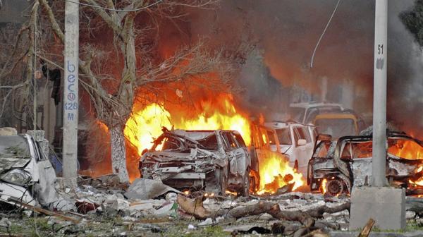 Un auto arde en llamas tras el ataque contra el hotel Ambassador, en Somalia (AFP)