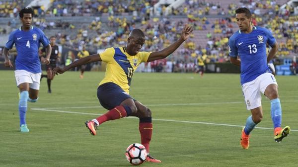 Enner Valencia intenta escapar de la marca de la defensa brasileña (Reuters)