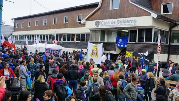 Conflicto con estatales en Tierra del Fuego. (@AGENCIAAUSTRAL)