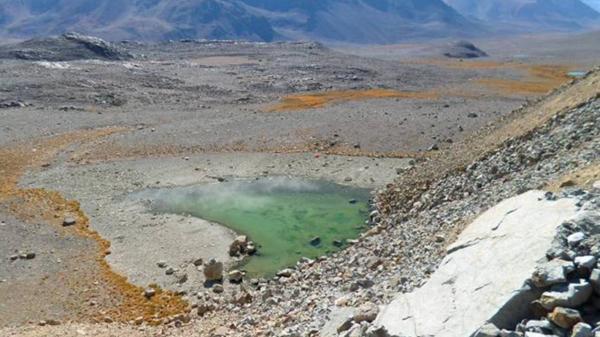Laguna LC5, semicubierta por material de la escombrera Cerro Amarillo.