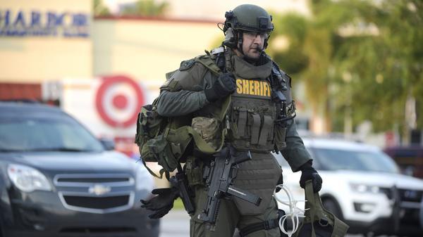 Fuerzas especiales trabajan en la puerta de Pulse, la discoteca gay que fue escenario de la peor masacre de los últimos 15 años en los Estados Unidos (AP)