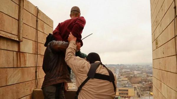 El Estado Islámico difundió imágenes de sus ejecuciones de homosexuales desde enero de 2015. Esta fue en Mosul, Irak.